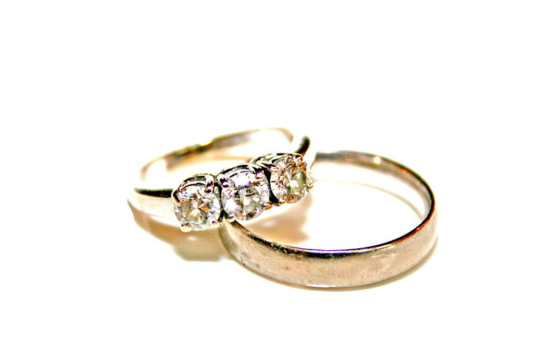 800px-Wedding_rings_photo_by_Litho_Printers
