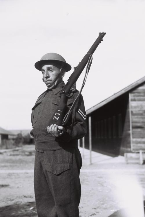 a_jewish_soldier_on_guard_duty_at_the_british_army_base_in_sarafand._d797d799d799d79c_d799d794d795d793d799_d7a9d795d79ed7a8_d791d791d7a1d799d7a1_d794d790d799d79ed795d7a0d799d79d_d7a9d79c
